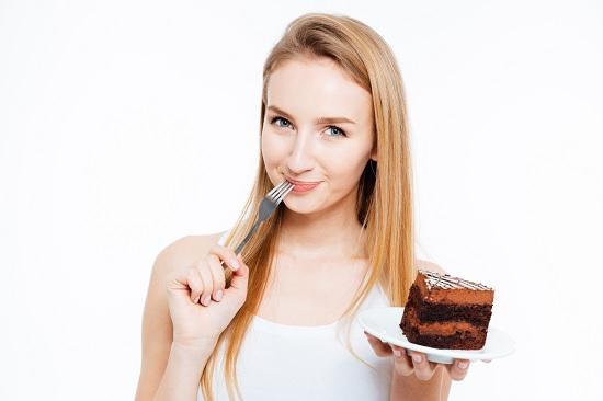 djevojka jede čokoladnu tortu