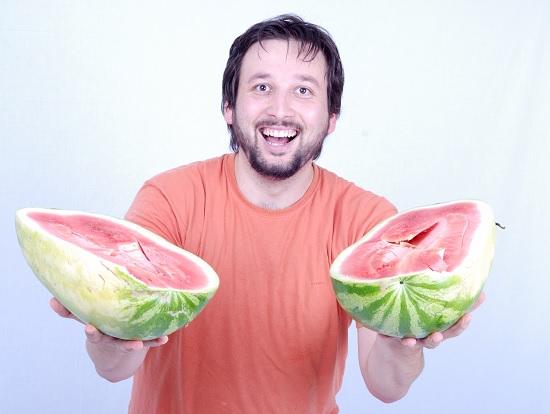 čovjek s lubenicama